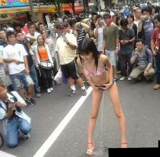 美女大街上 穿着裤子站着尿