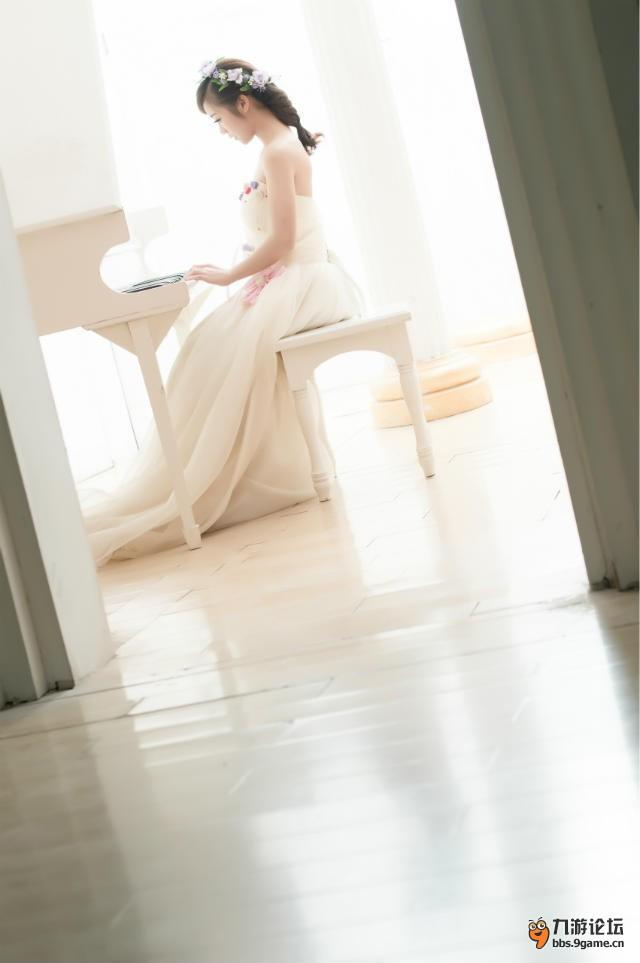 女生qq头像白色衣服侧脸写作业