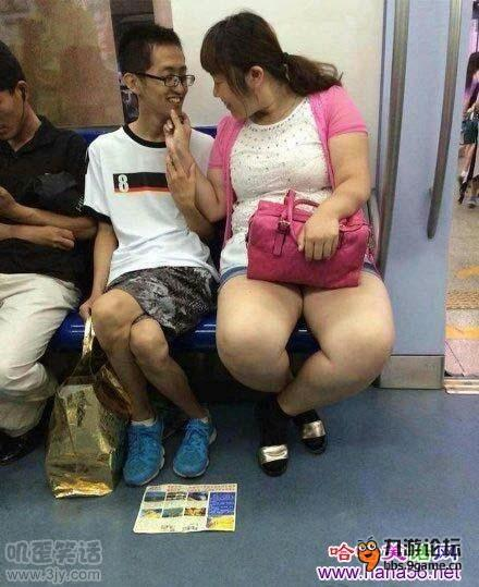 小学生早恋 地铁上接吻